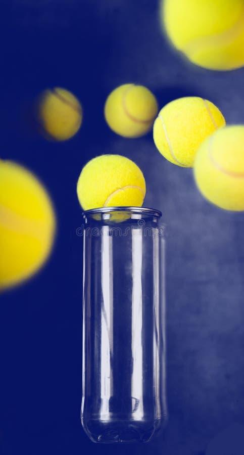Fliegende Tennisbälle auf blauem Hintergrund lizenzfreie stockfotografie