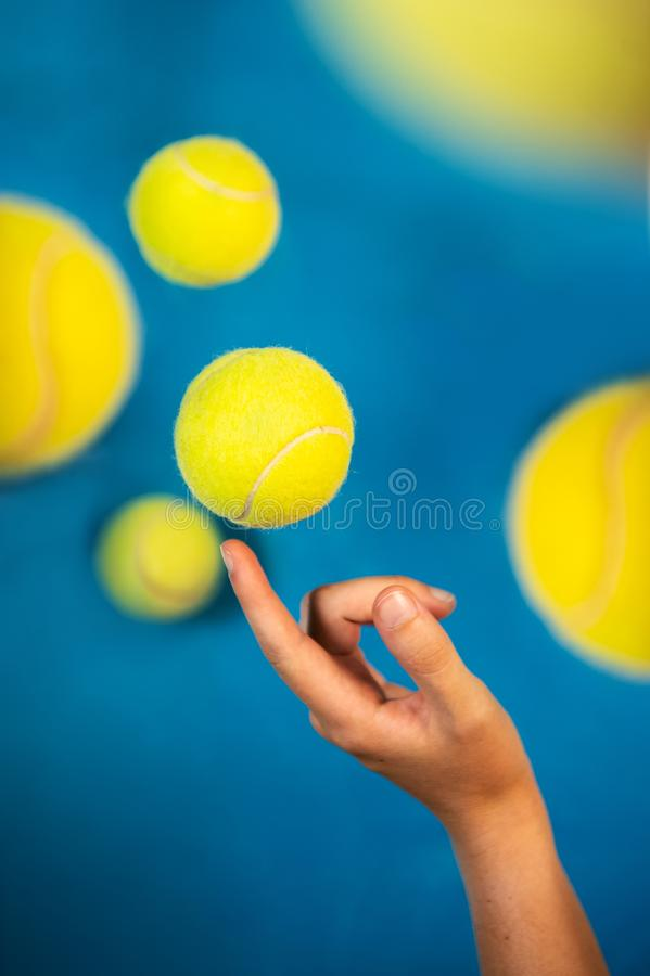 Fliegende Tennisbälle auf blauem Hintergrund lizenzfreie stockbilder