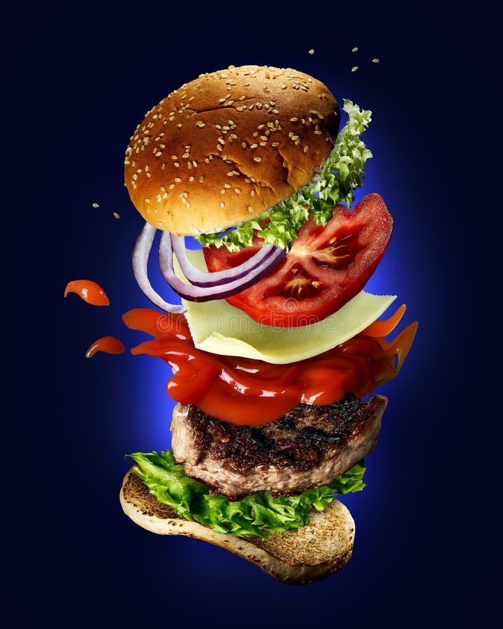 Fliegender Burger mit Sesamsamen lizenzfreies stockbild