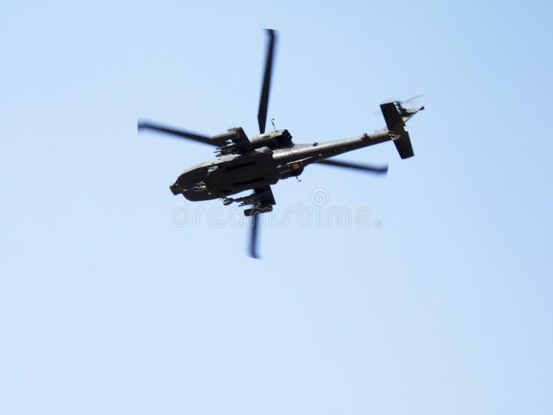 Fliegender Militärtransporthubschrauber speziell für Kriegssoldaten stockfotos