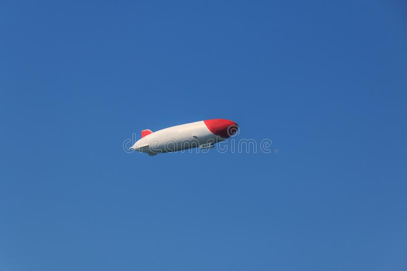 Fliegender Zeppelin, Starrluftschiff, Luftschifffly zeppelin, avion rigide, avion image stock