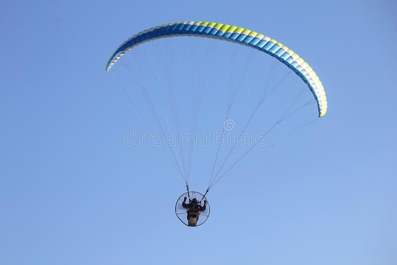 Fliegengleitschirme im Himmel stockfoto