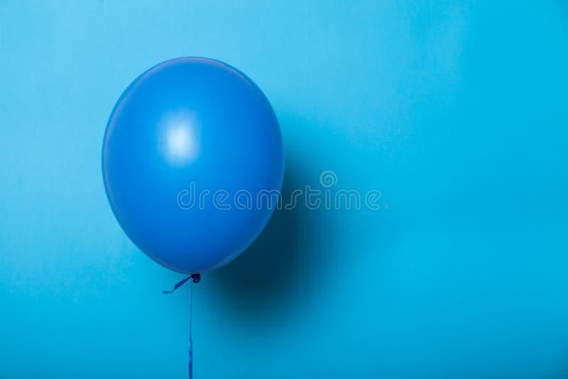 Fliegenheliumballon, lokalisiertes Modellkonzept Hintergrund f?r eine Einladungskarte oder einen Gl?ckwunsch lizenzfreies stockfoto