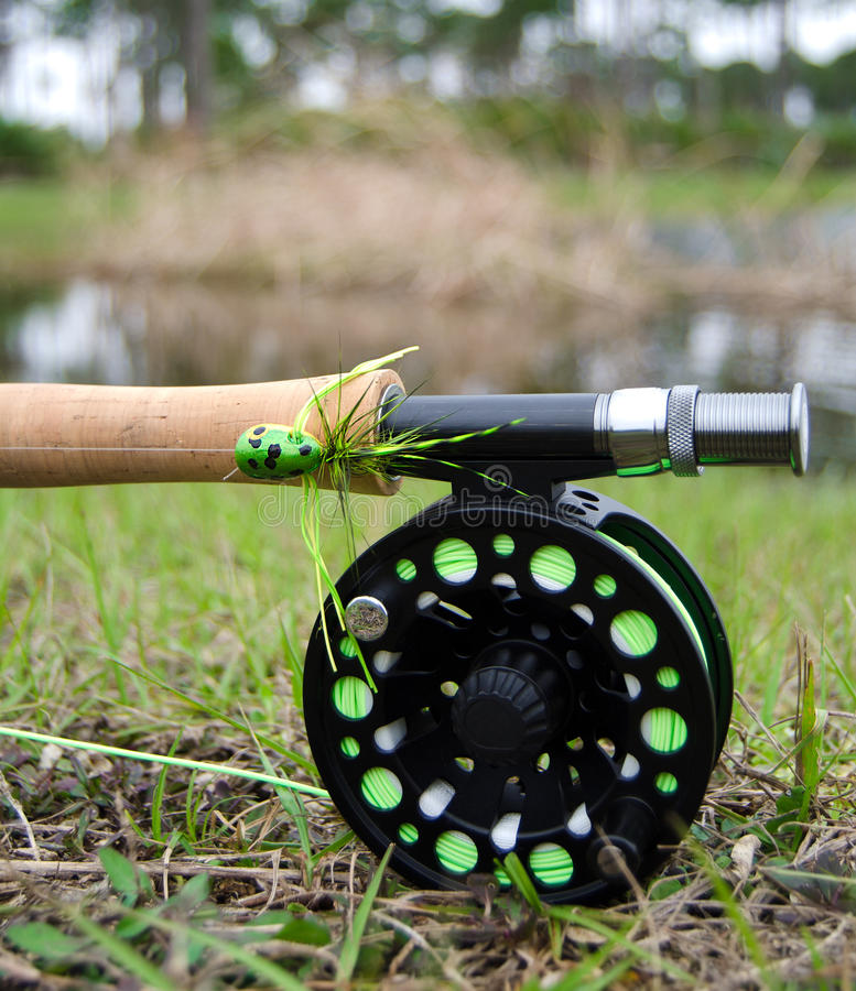 Fliegenrute mit Bass Popper lizenzfreies stockfoto