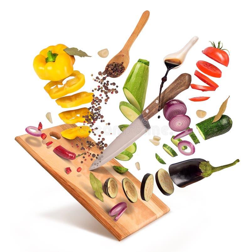 Fliegenscheiben des geschnittenen Gemüses werden auf einem hölzernen Brett gedient lizenzfreie stockfotografie