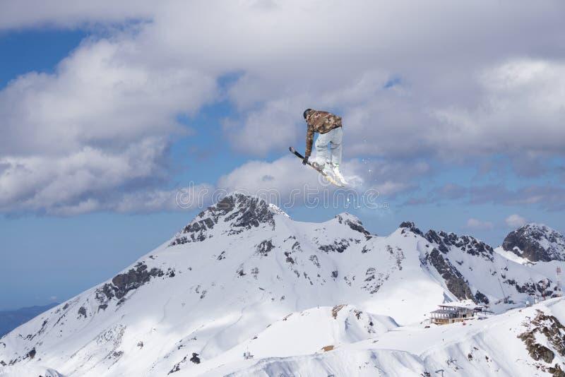Fliegenskifahrer auf schneebedeckten Bergen Extremer Wintersport, alpiner Ski lizenzfreie stockbilder