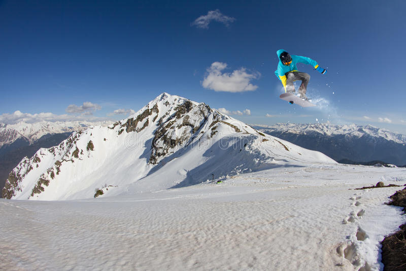 Fliegensnowboarder auf Bergen, extremer Sport lizenzfreies stockfoto