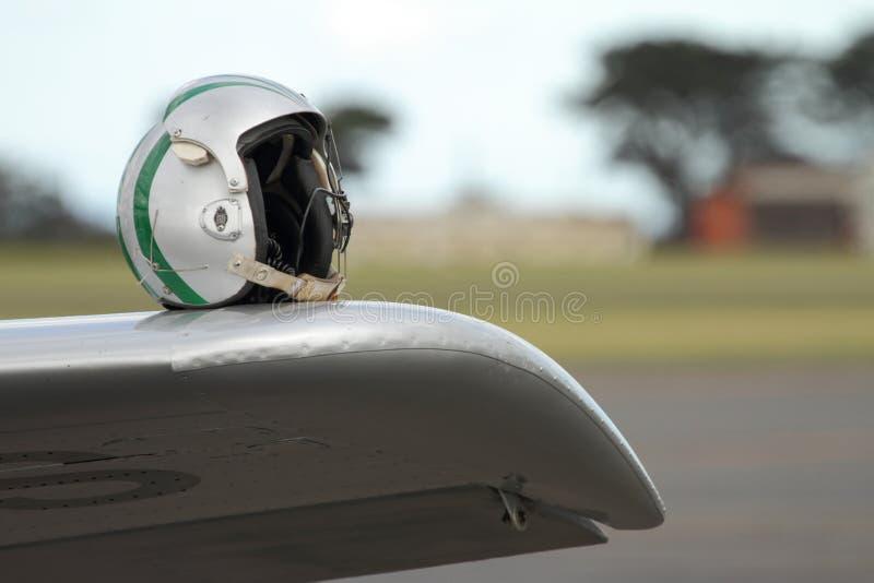 Fliegensturzhelm erwartet Flugzeugführer stockfotografie