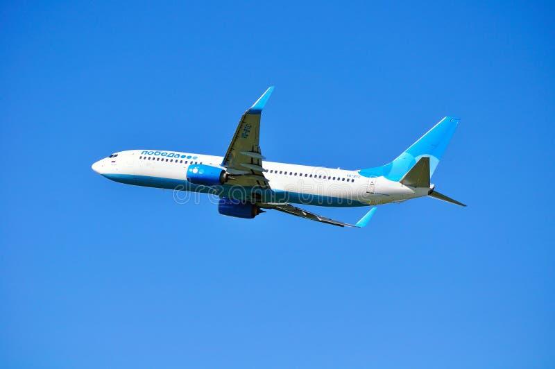 Fliegt folgendes GEN-Flugzeug Pobeda-Fluglinien-Boeing-737 oben nach Abfahrt von internationalem Flughafen Pulkovo im Heiligen-Pe lizenzfreie stockbilder