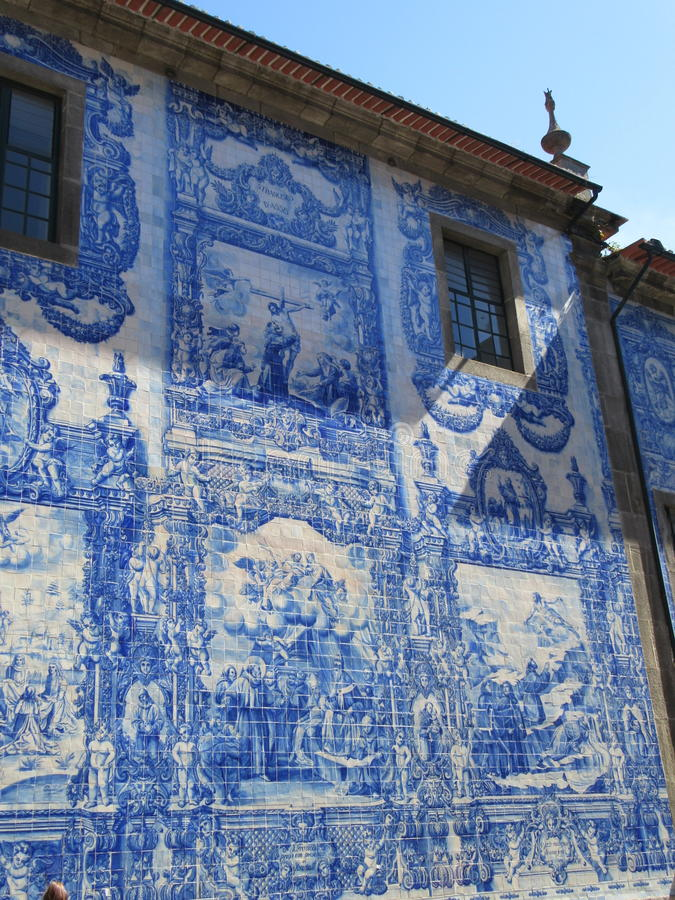 Fliese zu einem azulejo auf einer Hausmauer stockfotografie