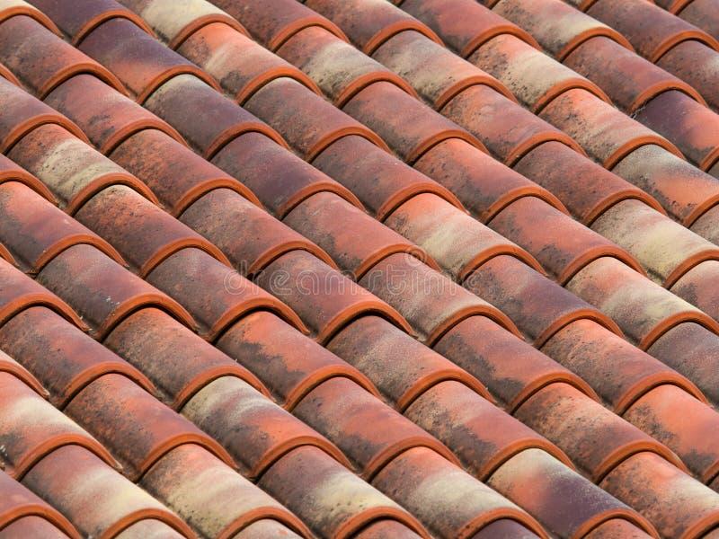 Fliesen des Lehms (Terrakotta) auf dem Dach eines Landhauses lizenzfreie stockfotografie