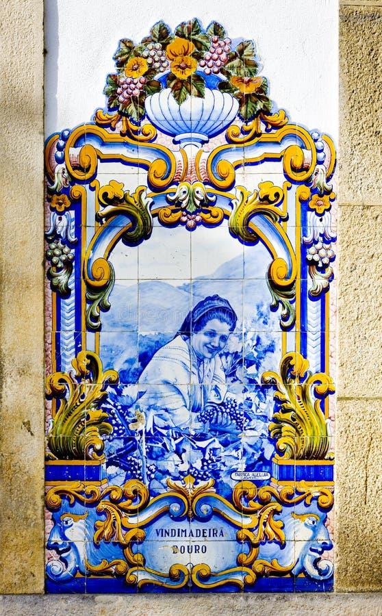 Fliesen u. x28; azulejos& x29; am Bahnhof von Pinhao, Duero-Tal, Por lizenzfreies stockfoto