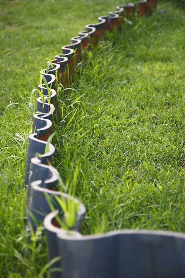 Fliesen und Gras stockfotografie