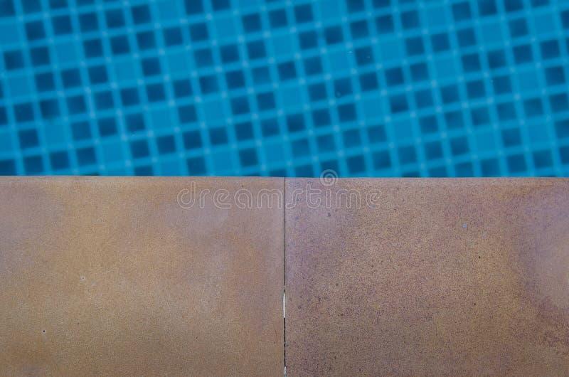 Fliesenboden mit Swimmingpool stockfotografie