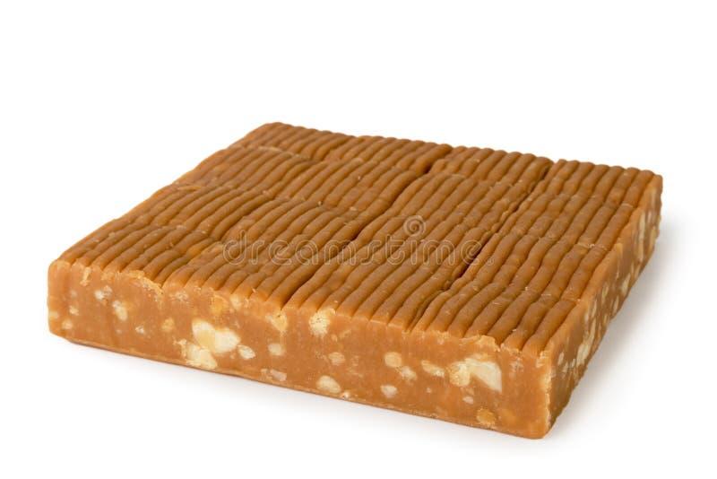 Fliesensüßigkeitsiris mit Erdnussnahaufnahme auf einem Weiß Getrennt lizenzfreie stockfotos