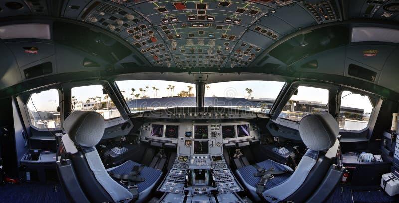 Flightdeck da cabina do piloto de Airbus 320 foto de stock