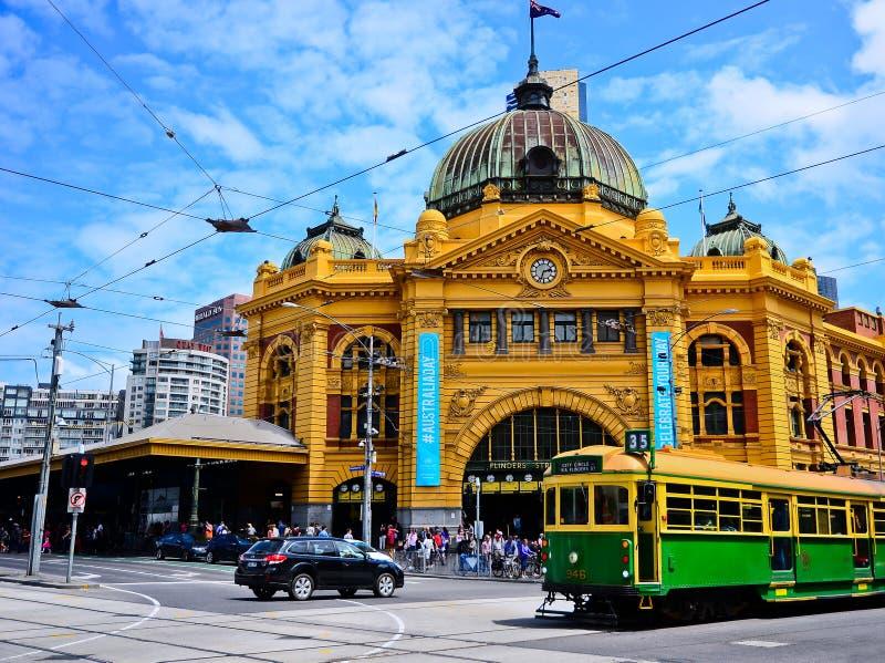 Flindersgatastation i en solig dag i Melbourne royaltyfria bilder