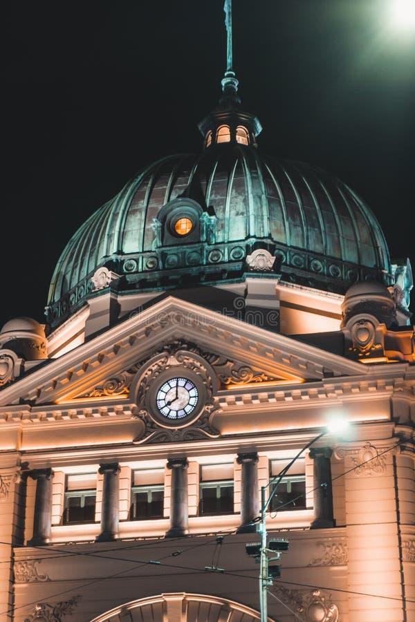 Flindersgatastation i Melbourne CBD på natten royaltyfri fotografi