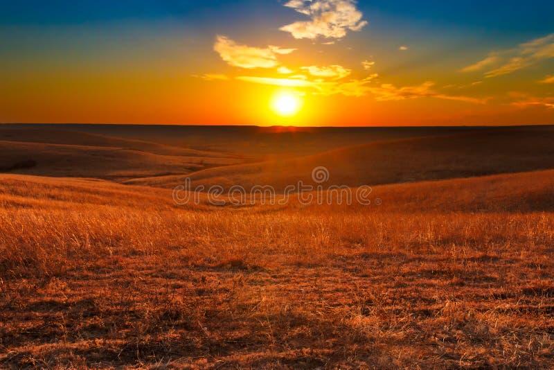 Flint Hills av den Kansas solnedgången royaltyfri fotografi