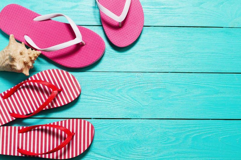 Flip-flop di estate con lo spazio della copia e delle coperture su fondo di legno blu Vista superiore summertime Feste di fine se fotografia stock