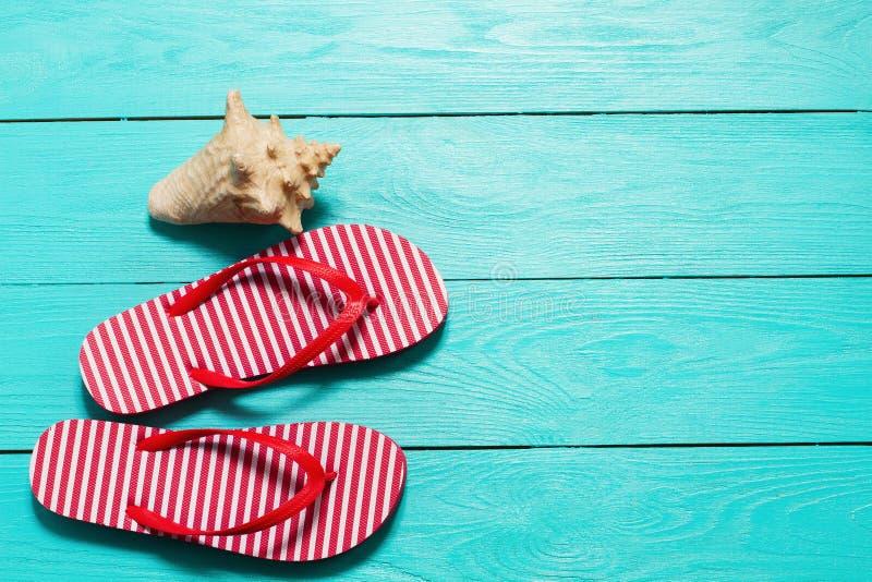 Flip-flop di estate con lo spazio della copia e delle coperture su fondo di legno blu Vista superiore summertime fine settimana d fotografia stock