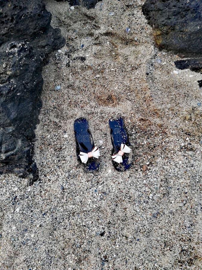 Flip-flop in sabbia sulla spiaggia fotografia stock