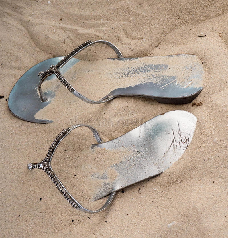 Flip Flop Sandals Forgotten dans le sable images stock