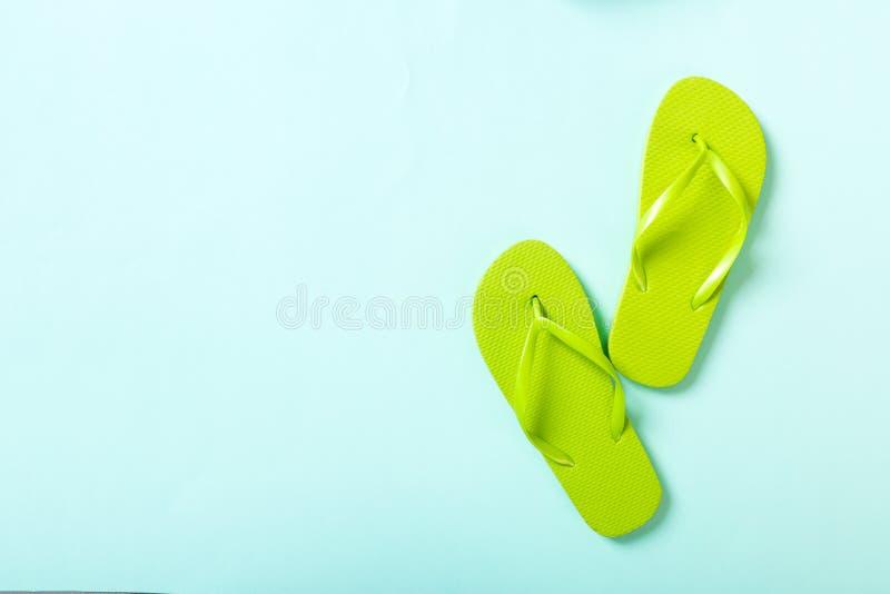 Flip-flop verdi su fondo blu Vista superiore con lo spazio della copia fotografia stock