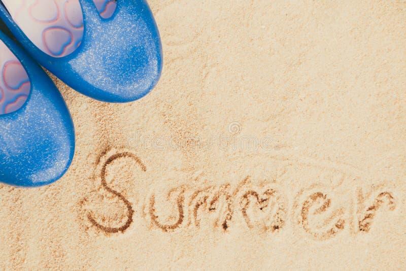 Flip-flops azuis na areia imagem de stock royalty free