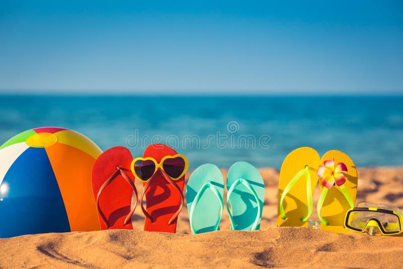 Flip-flops, bola de praia e tubo de respiração na areia foto de stock royalty free