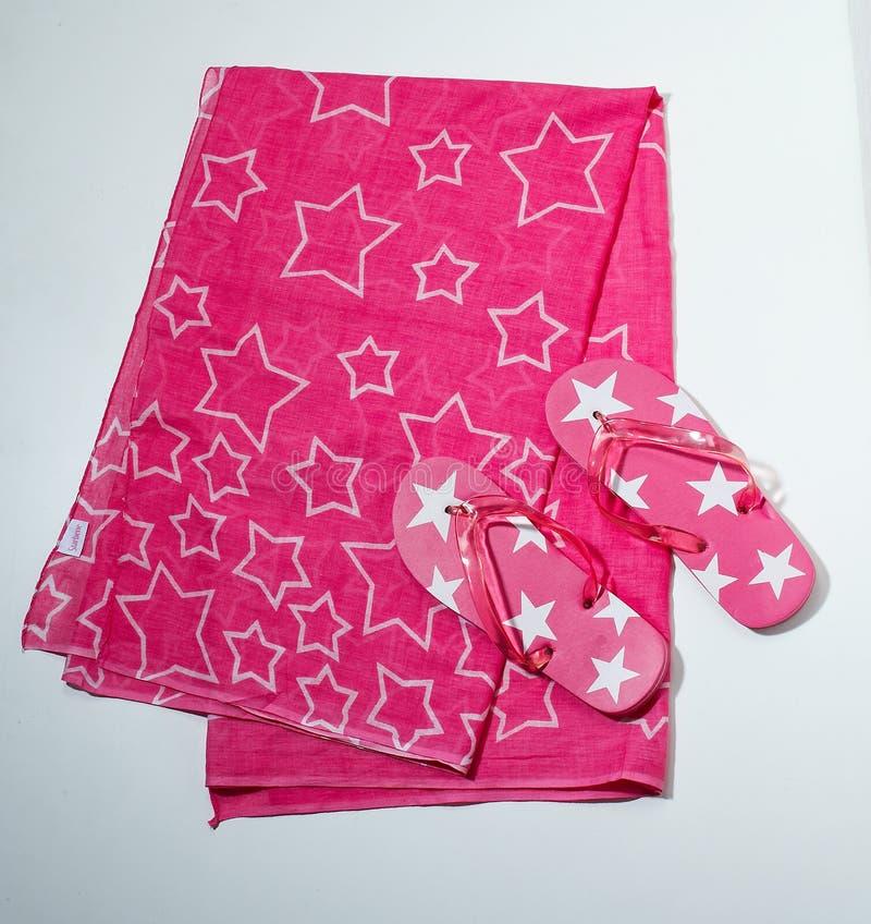 Flip-flops e toalha - und Handtuch dos flip-flops fotos de stock