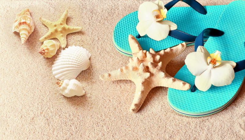 Flip Flops in het zand met zeester zomer Het concept van het strand royalty-vrije stock afbeeldingen