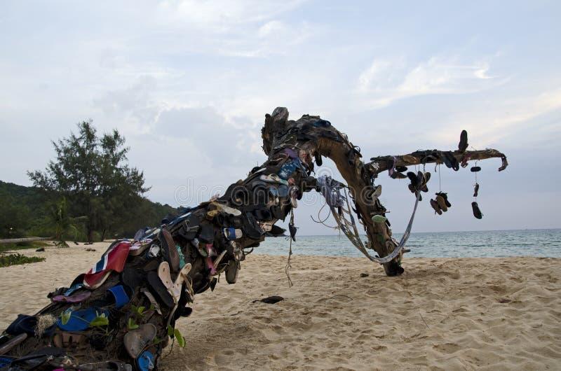 Flip-flops na árvore na ilha em Camboja imagens de stock royalty free