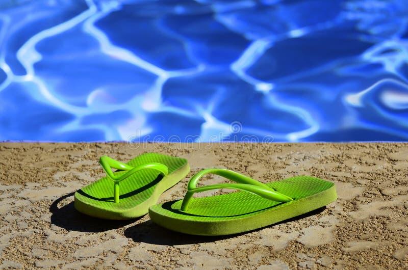 Flip Flops Sandals durch Swimmingpool lizenzfreies stockbild