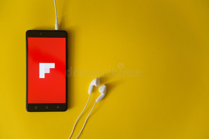 Flipboardembleem op het smartphonescherm op gele achtergrond royalty-vrije stock fotografie