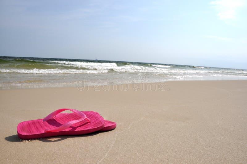 Flipflops auf Strand stockbilder