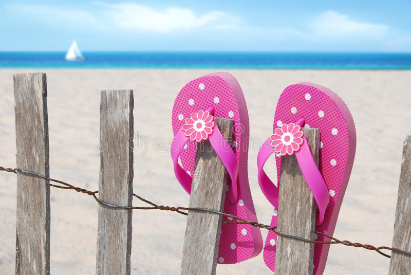 Flipflops auf Strandzaun lizenzfreie stockfotografie
