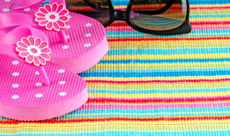 Flipflops und Sonnenbrillen lizenzfreie stockbilder