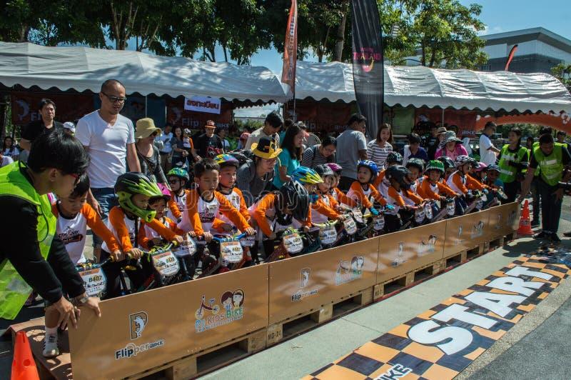 Flipper-Balancen-Fahrrad Chiangrai-Meisterschaft, Kinder nehmen am Balancenradrennen teil lizenzfreie stockbilder