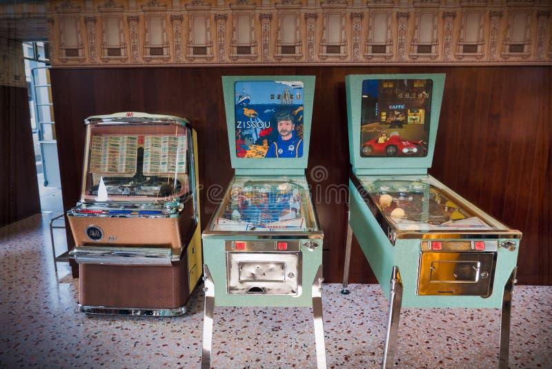 Flipper et juke-box de vintage images stock