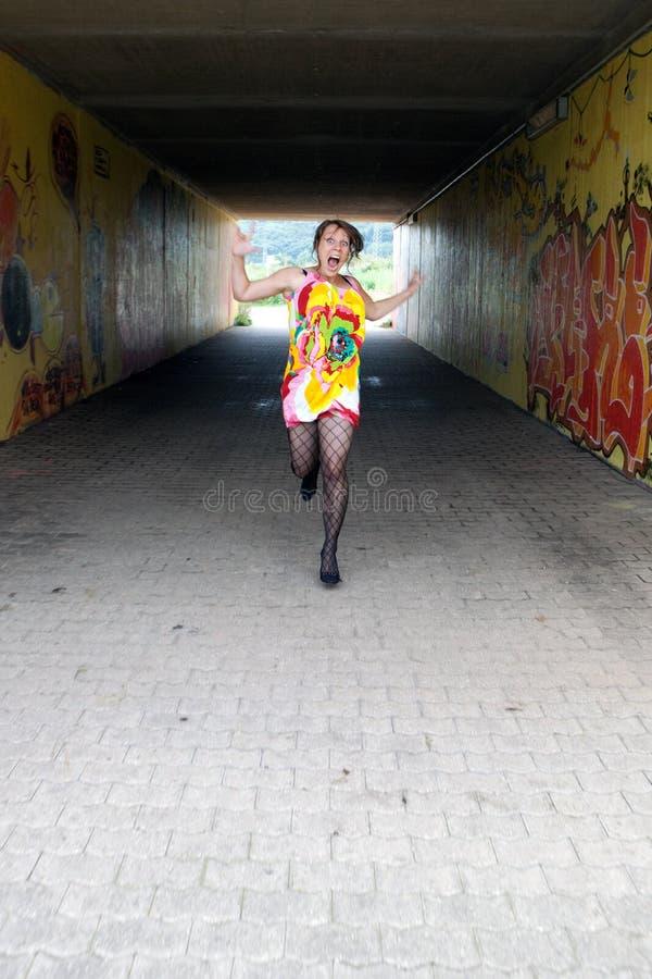 Flippige Frau läuft stockfotografie
