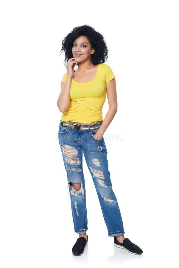 Flippige Frau in voller Länge in beunruhigten Jeans stockbilder