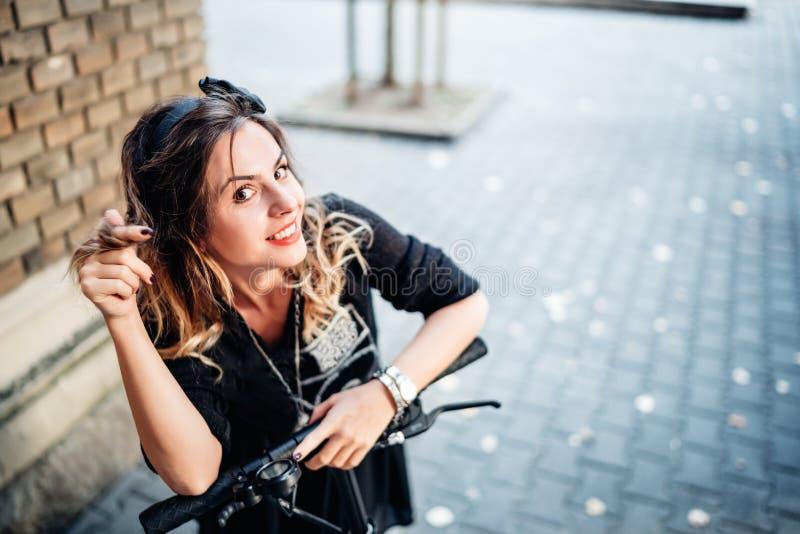 Flippige lächelnde Frau auf elektrischer Fahrt Technologie- und Glückkonzept lizenzfreie stockfotos