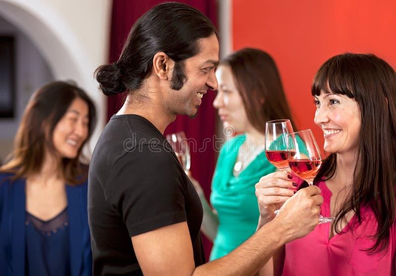 Flirt über einem Glas Wein. lizenzfreies stockbild