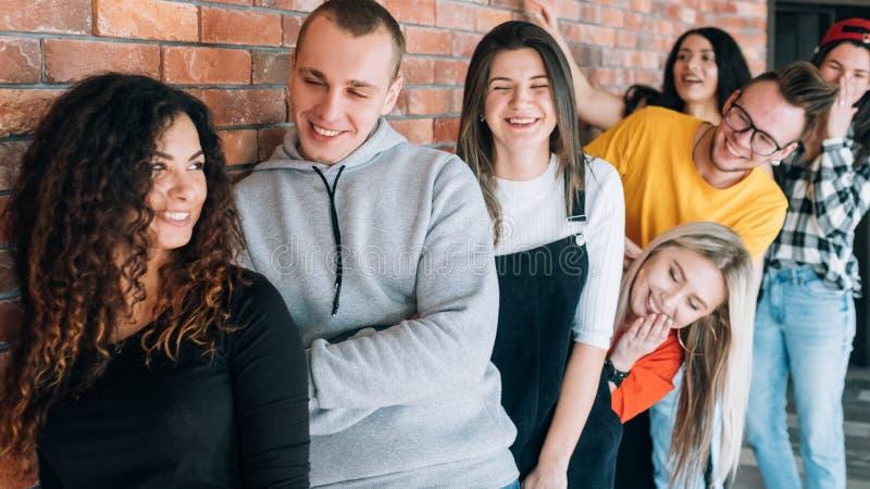Flirt потехи молодости millennials очереди дружелюбный расслабленный стоковое фото