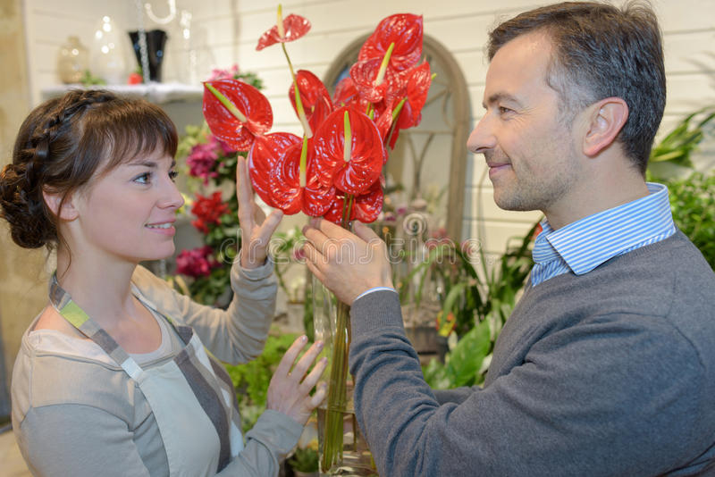 Flirt dans le fleuriste photo stock