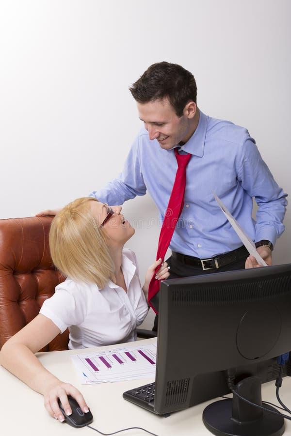 Flirt dell'ufficio immagini stock