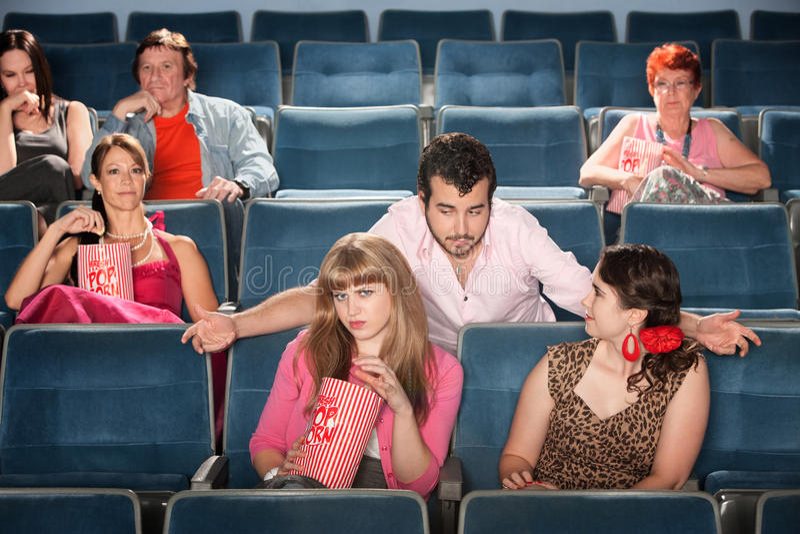 Flirt maleducati dell'uomo nel teatro fotografia stock libera da diritti