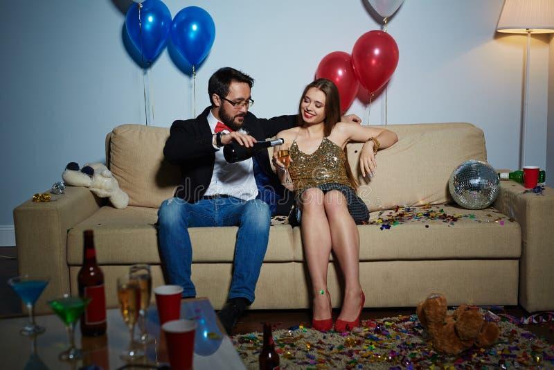 Flirt mit Mädchen an der Hausparty lizenzfreies stockfoto