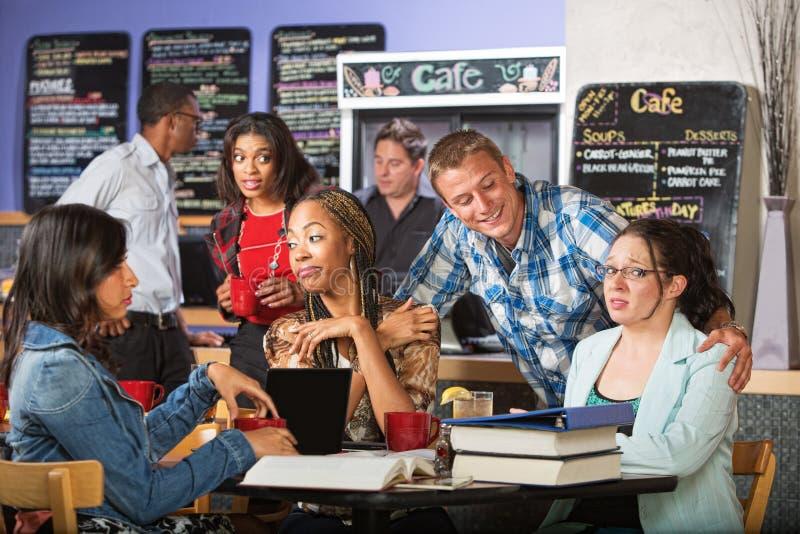 Flirt mit Studenten lizenzfreie stockfotos